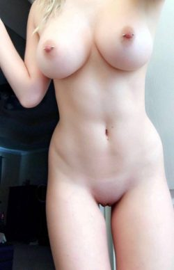 Her body is fucking hot – Naked white chick selfie