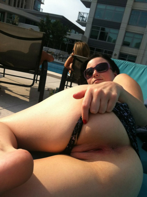 Babe showing her pussy again at the hotelpool