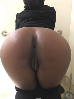Phat pussy black thot ready for some doggy