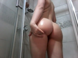 Showing off my rocking body in the shower:)