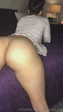 Phat booty chick showing all the good