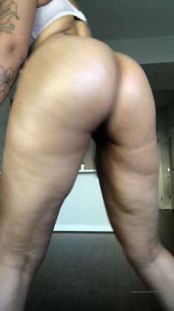 Hot redbone shaking that booty